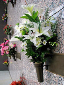 Cimitero, gli orari per Ognissanti e commemorazione dei Defunti